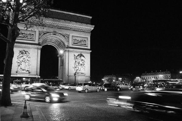 Een groothoek opname van de Arc de Triomphe